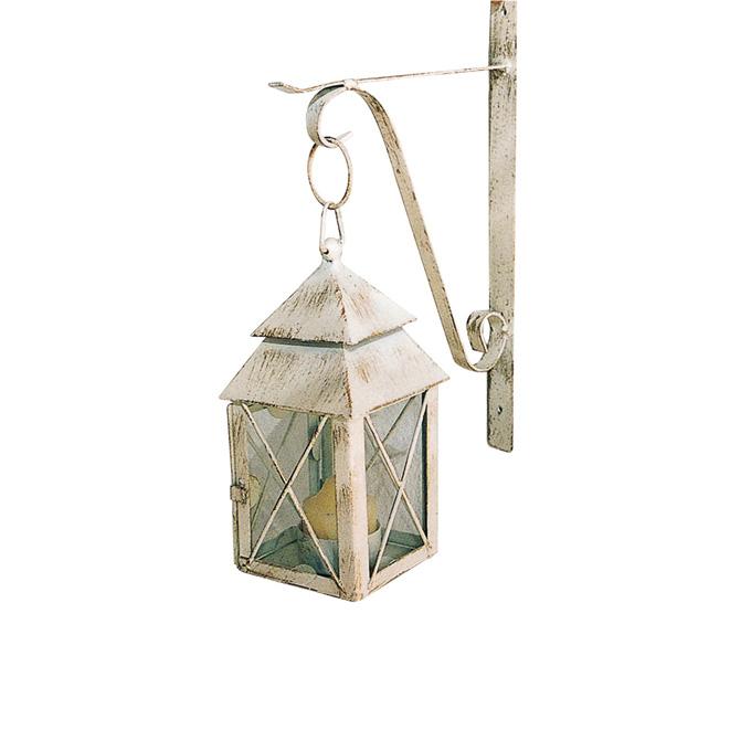 アイボリーのランタンがお庭や玄関にひとつあるだけで西洋の雰囲気がぐっと近くなります。