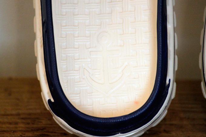 カジュアル 靴 青 白 素足 海 プール ビーチ